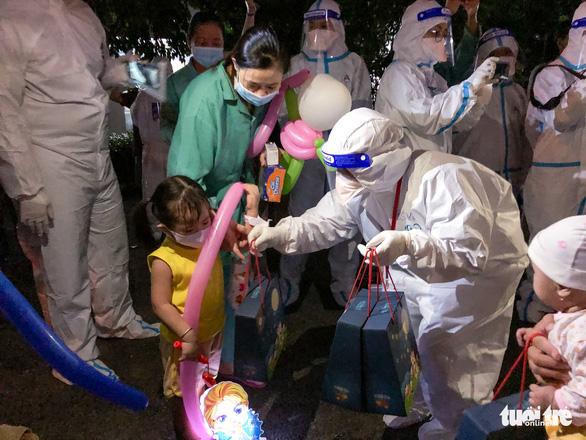 34 em nhỏ nhún nhảy tận hưởng Đêm hội trăng rằm tại Bệnh viện Trưng Vương - Ảnh 4.