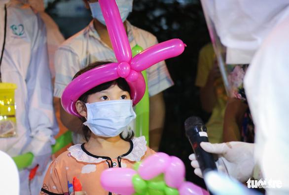 34 em nhỏ nhún nhảy tận hưởng Đêm hội trăng rằm tại Bệnh viện Trưng Vương - Ảnh 3.