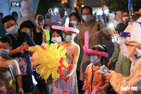 34 em nhỏ nhún nhảy tận hưởng Đêm hội trăng rằm tại Bệnh viện Trưng Vương - Ảnh 2.