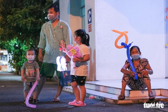 34 em nhỏ nhún nhảy tận hưởng Đêm hội trăng rằm tại Bệnh viện Trưng Vương - Ảnh 9.