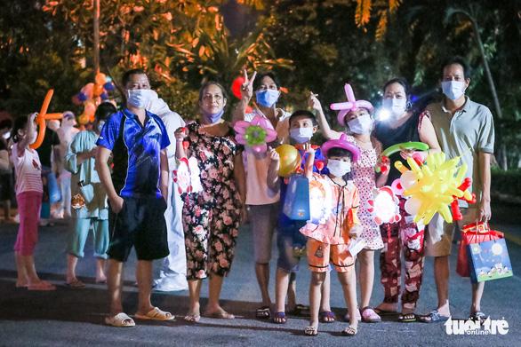 34 em nhỏ nhún nhảy tận hưởng Đêm hội trăng rằm tại Bệnh viện Trưng Vương - Ảnh 8.