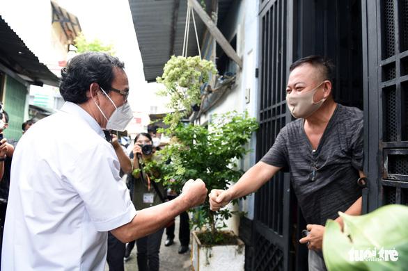 Bí thư Nguyễn Văn Nên: Năm nay bác thay cha tặng quà Trung thu cho con! - Ảnh 2.