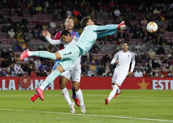 Sao trẻ lập công phút 90 cứu Barca thoát thua trước Granada - Ảnh 3.
