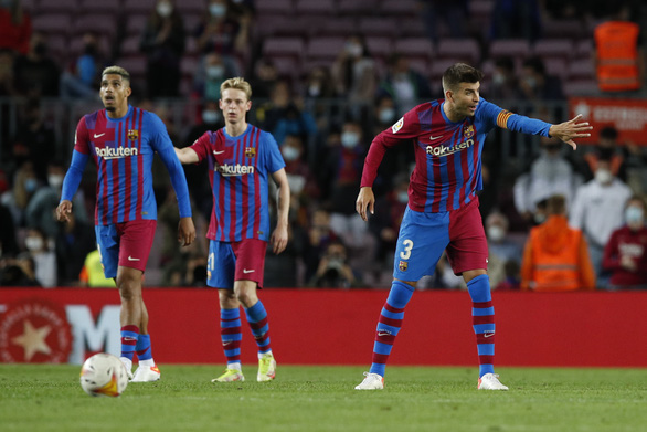Sao trẻ lập công phút 90 cứu Barca thoát thua trước Granada - Ảnh 1.