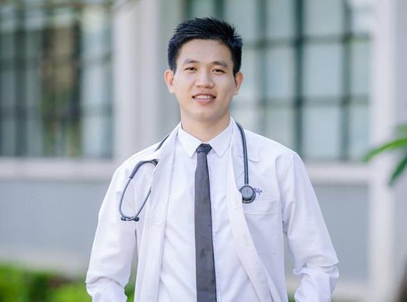 Vừa tham gia phụ mổ xong, chàng bác sĩ trẻ vội đi hiến tiểu cầu cứu người - Ảnh 1.
