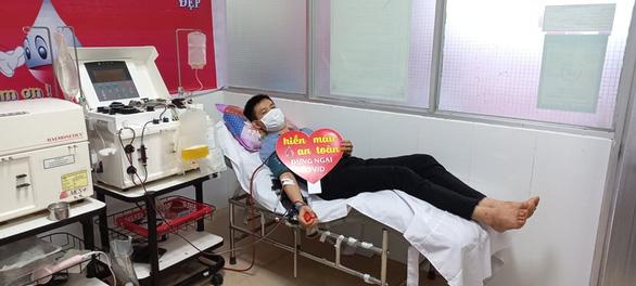 Vừa tham gia phụ mổ xong, chàng bác sĩ trẻ vội đi hiến tiểu cầu cứu người - Ảnh 2.