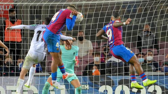 Sao trẻ lập công phút 90 cứu Barca thoát thua trước Granada - Ảnh 4.