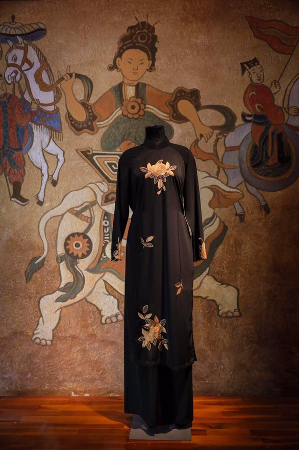 Triển lãm online những chiếc áo dài mang tình hữu nghị - Ảnh 2.