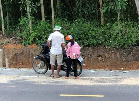 2 cha con vét sạch túi xuống núi mua điện thoại học online: Ở làng nhiều người còn nghèo hơn - Ảnh 1.