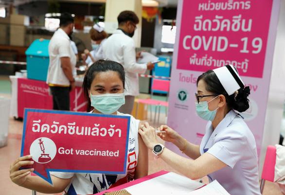 Bangkok chưa vội mở cửa dù 42% dân đã tiêm vắc xin đủ liều, bắt đầu tiêm cho trẻ em - Ảnh 1.