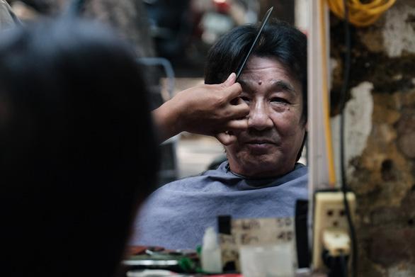 Tiệm cắt tóc vỉa hè, salon tóc đông kín khách ngày đầu mở lại - Ảnh 5.