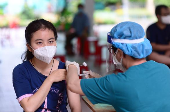 Người dân TP.HCM chỉ cần nhắn tin để đăng ký tiêm vét vắc xin mũi 1 - Ảnh 1.