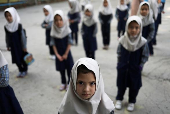 Nam sinh nghỉ học để phản đối Taliban cấm nữ sinh trên 12 tuổi tới trường - Ảnh 1.