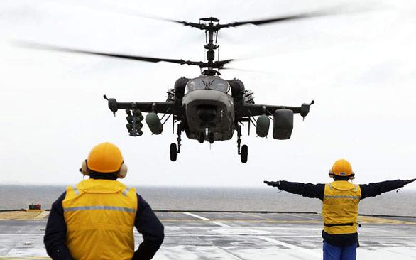 Trung Quốc tính đưa cá sấu Ka-52 lên tàu đổ bộ trực chiến Biển Đông - Ảnh 1.