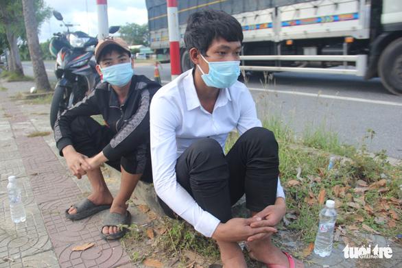 Hỗ trợ 2 người Khơ Mú đi bộ 7 ngày từ bãi vàng Quảng Nam xuống Đà Nẵng - Ảnh 1.