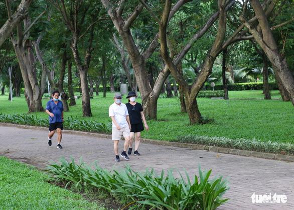 Công viên mở cửa, người dân phấn khởi đi tập thể thao - Ảnh 5.