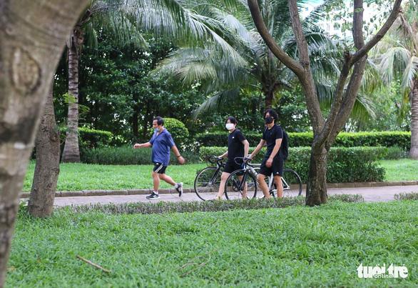 Công viên mở cửa, người dân phấn khởi đi tập thể thao - Ảnh 8.