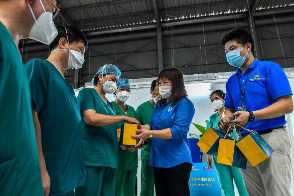 Gần 30.000 bánh trung thu đến với y bác sĩ tại miền Nam - Ảnh 1.