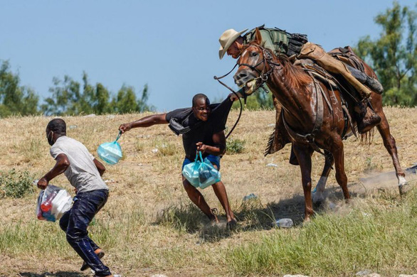 Lính biên phòng Mỹ dùng roi ngựa dọa người di cư, Nhà Trắng lên án - Ảnh 1.