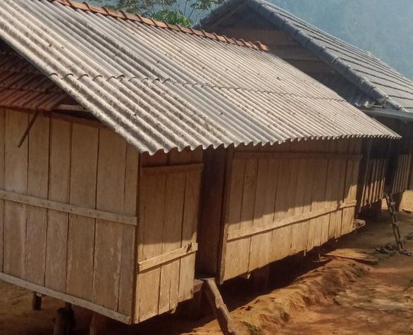 2 cha con vét sạch túi xuống núi mua điện thoại học online: Ở làng nhiều người còn nghèo hơn - Ảnh 2.