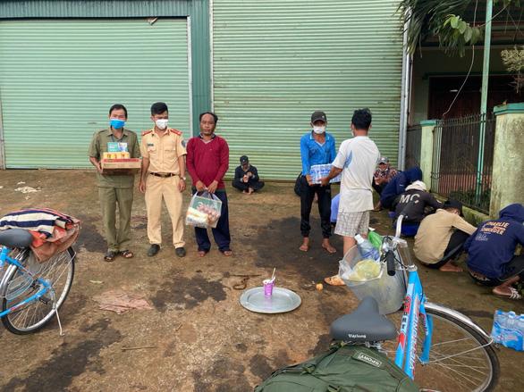 12 ngư dân đạp xe hơn 1.000km từ Nam Định về Kiên Giang, bị kẹt ở Đắk Nông - Ảnh 3.
