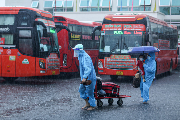 Gần 800 người dân Phú Yên tại Đồng Nai đội mưa đến điểm tập kết để về quê - Ảnh 1.