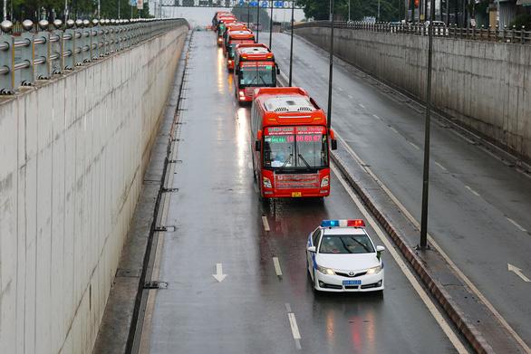 Gần 800 người dân Phú Yên tại Đồng Nai đội mưa đến điểm tập kết để về quê - Ảnh 2.