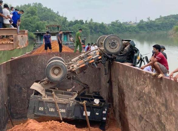 Tai nạn hy hữu: xe tải lật úp xuống lòng tàu trên sông, tài xế chết thương tâm - Ảnh 1.