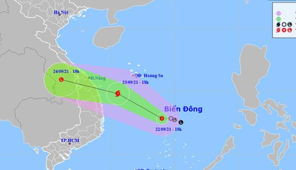 Áp thấp nhiệt đới trên Biển Đông có khả năng thành bão, hướng vào Trung Trung Bộ - Ảnh 1.