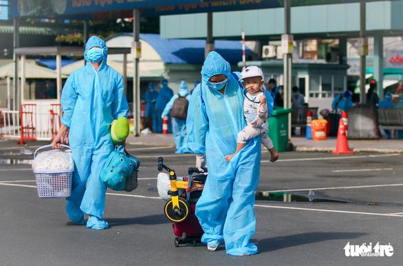 200 thai phụ, trẻ em được đưa về quê Ninh Thuận - Ảnh 3.
