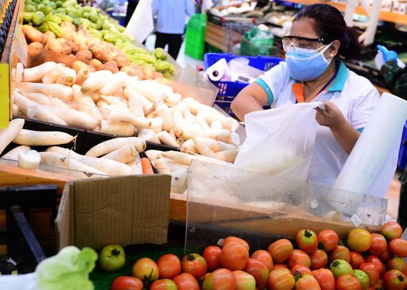 Mua từ nông dân giá rẻ, vì sao thực phẩm bán lẻ về thành phố giá cao? - Ảnh 1.