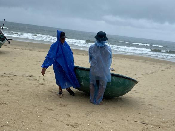 Ngư dân Quảng Nam hối hả đưa ghe thuyền lên bờ - Ảnh 3.