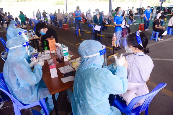 TP.HCM nhận hơn 666.000 liều vắc xin Pfizer và AstraZeneca để tiêm mũi 2 - Ảnh 1.