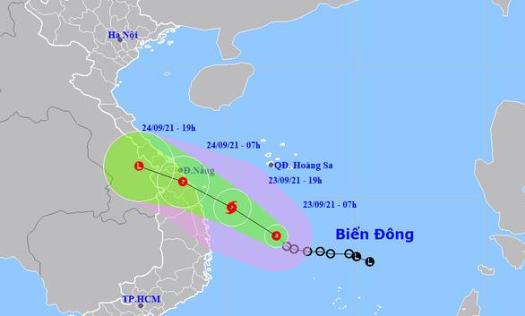 Áp thấp nhiệt đới cách Phú Yên 280km, có thể thành bão trong hôm nay - Ảnh 1.