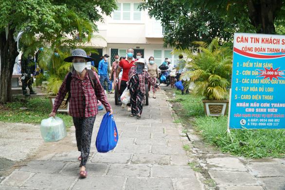 Gần 1.000 người 'giãn dân' được xe đưa về tận nhà và tặng quà - Ảnh 1.