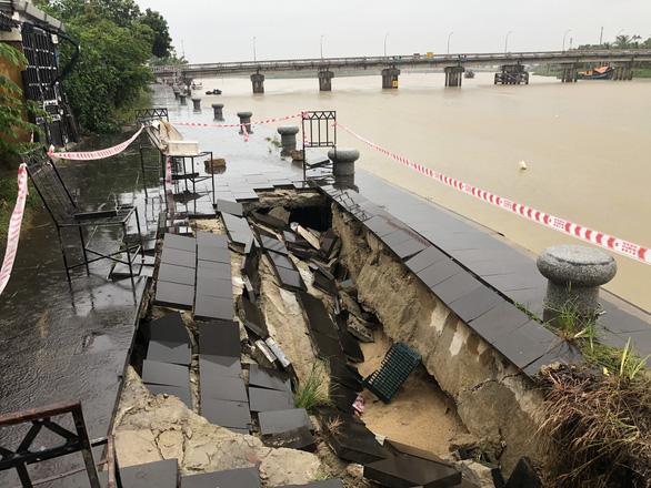 Sạt lở nghiêm trọng kè sông, đe dọa phố cổ Hội An trước mùa mưa bão - Ảnh 2.
