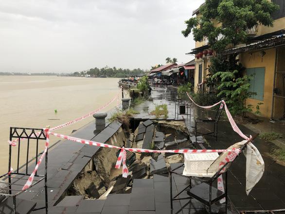 Sạt lở nghiêm trọng kè sông, đe dọa phố cổ Hội An trước mùa mưa bão - Ảnh 1.