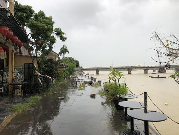 Sạt lở nghiêm trọng kè sông, đe dọa phố cổ Hội An trước mùa mưa bão - Ảnh 3.