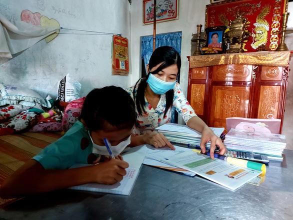 Thầy cô mang bài đến nhà học sinh nghèo - Ảnh 1.