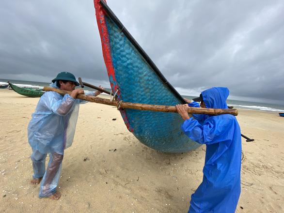 Ngư dân Quảng Nam hối hả đưa ghe thuyền lên bờ - Ảnh 4.