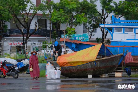 Ngư dân Đà Nẵng mang tàu thuyền lên đường, néo vô cây... đề phòng bão số 6 - Ảnh 5.