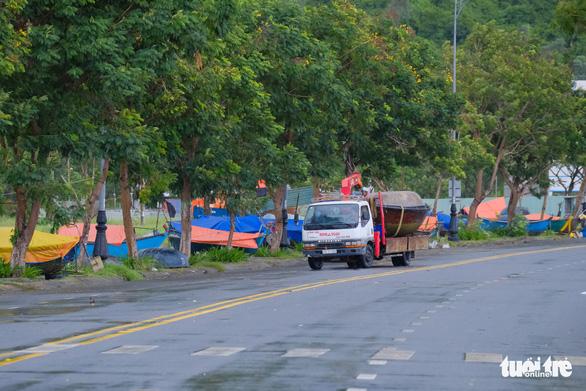 Ngư dân Đà Nẵng mang tàu thuyền lên đường, néo vô cây... đề phòng bão số 6 - Ảnh 3.