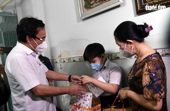 TP.HCM xây dựng chính sách hỗ trợ lâu dài cho trẻ mồ côi, người già neo đơn vì COVID-19 - Ảnh 1.
