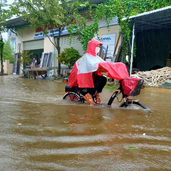 Ngư dân Quảng Nam hối hả đưa ghe thuyền lên bờ - Ảnh 5.