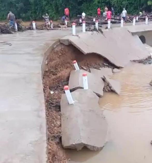 Lốc xoáy ở Quảng Nam làm nhà tốc mái, miền núi xói lở đập tràn - Ảnh 3.