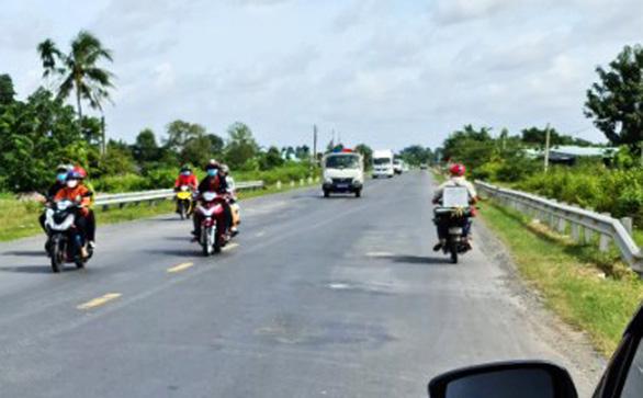 Sóc Trăng tiếp tục đón hàng trăm người dân ở TP.HCM đi xe máy về quê - Ảnh 1.