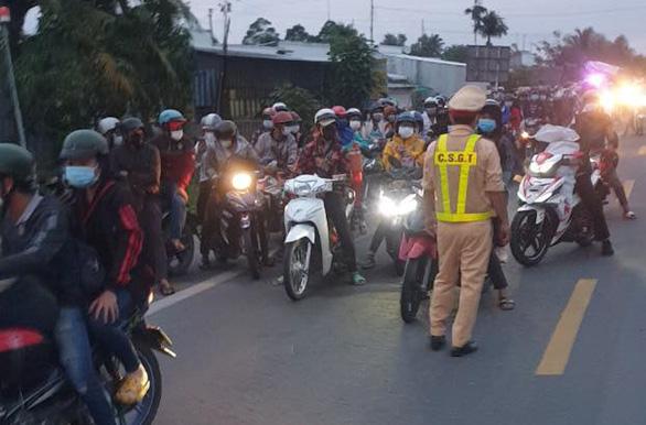 Hàng trăm người dân ở TP.HCM và các tỉnh miền Tây đi xe máy về quê - Ảnh 1.