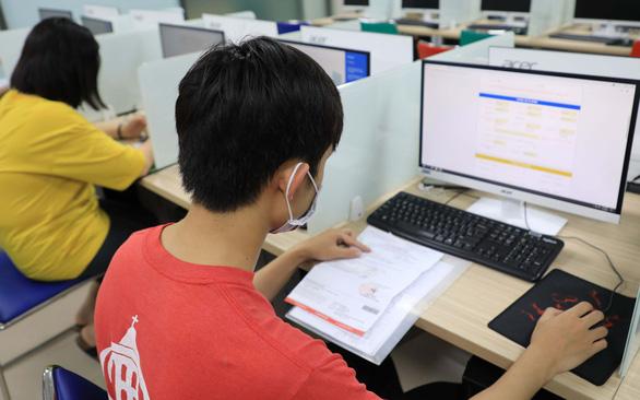 Học trực tuyến sinh viên vẫn phải kính thưa đủ loại phí trên trời dưới đất  - Ảnh 1.