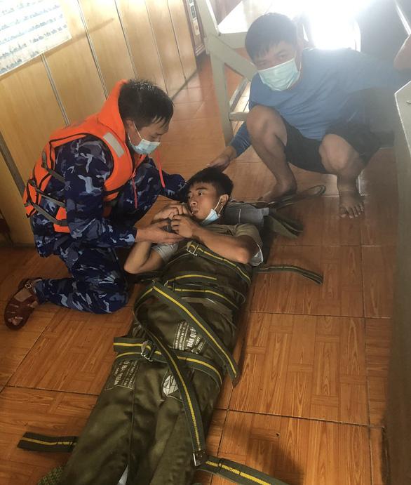 Vượt bão số 6, cảnh sát biển cấp cứu kịp thời thuyền viên gặp nạn trên biển Quảng Bình - Ảnh 1.