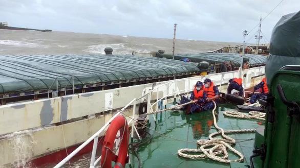 Vượt bão số 6, cảnh sát biển cấp cứu kịp thời thuyền viên gặp nạn trên biển Quảng Bình - Ảnh 2.